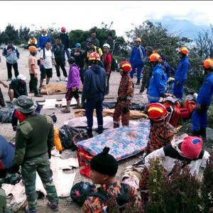 Rescuers prepare to carry the bodies of victims down to the bottom of Mount Kinabalu in Kota Kinabalu, June 7, 2015. Sixteen bodies have been recovered by the search and rescue team. One of which carried a Chinese passport, according to the Chinese Consulate in Kota Kinabalu.