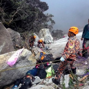 Rescuers look for victims on Mount Kinabalu, June 7, 2015.